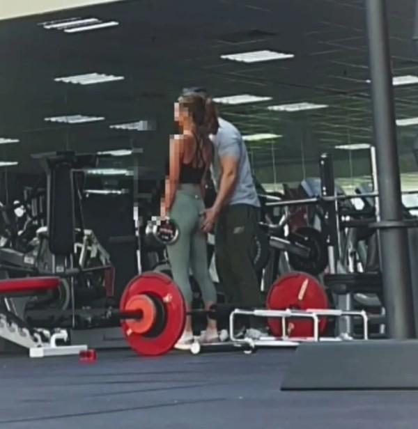 Huấn luyện viên nam ở phòng gym gây bức xúc khi liên tục động chạm khách hàng nữ - ảnh 2
