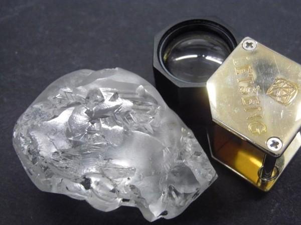 Đang lúc khó khăn, nhóm thợ mỏ đào được cục kim cương 442 carat, trị giá hơn 400 tỷ đồng - ảnh 1