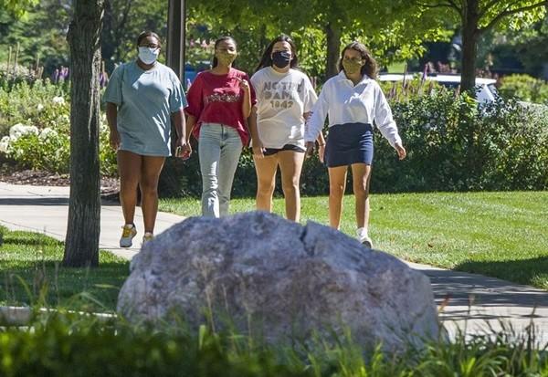Vừa trở lại trường được 1 tuần, sinh viên Mỹ chuẩn bị… quay về nhà học online vì bùng phát dịch - ảnh 3