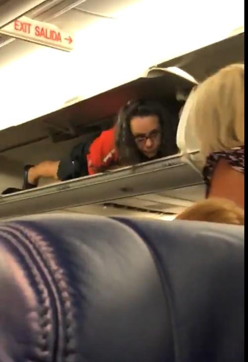 Nữ tiếp viên hàng không có màn trồng cây chuối ngoạn mục, dùng chân đóng 4 ngăn hành lý - ảnh 2