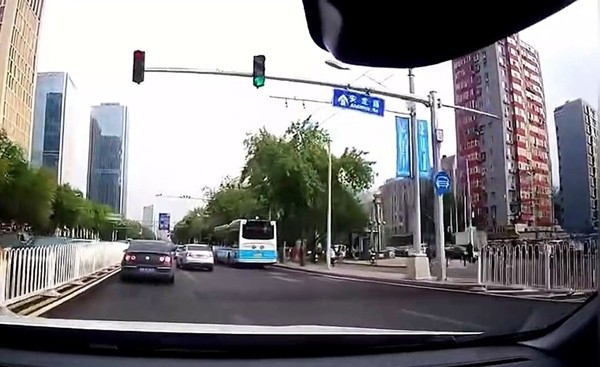 Cãi nhau khi đi trên đường, một người lái xe ném cả cốc trà sữa trân châu vào người khác - ảnh 1