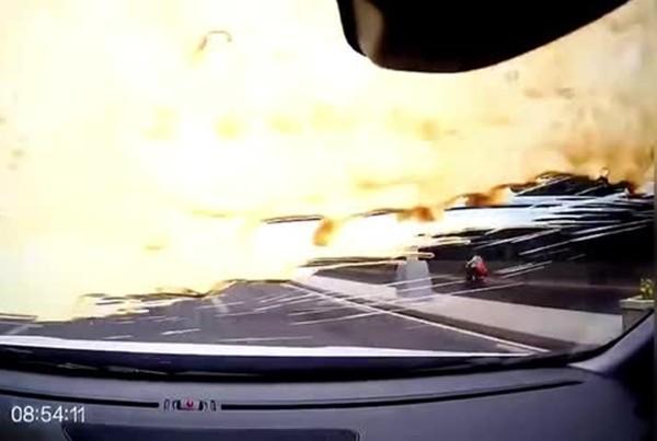 Cãi nhau khi đi trên đường, một người lái xe ném cả cốc trà sữa trân châu vào người khác - ảnh 2