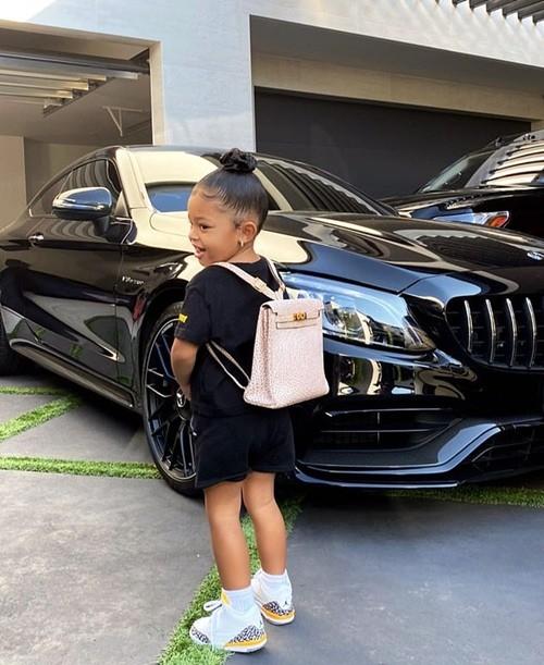 """Kylie Jenner (lại) bị chỉ trích vì cho con gái đeo ba-lô Hermès """"đắt hơn cả ô tô"""" để học tại nhà - ảnh 1"""