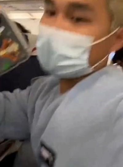 Bị người ngồi cạnh nhắc vì chân hôi, hành khách trên máy bay dí chân vào mũi người nhắc mình - ảnh 4