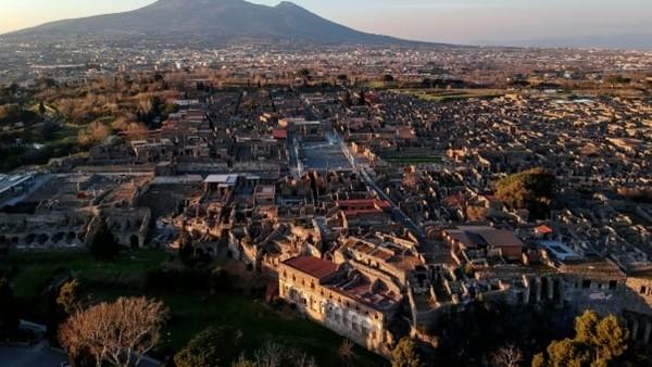 """Thấy mình """"như trúng lời nguyền"""", du khách sợ hãi gửi trả các mảnh tàn tích lấy từ Pompeii - ảnh 3"""