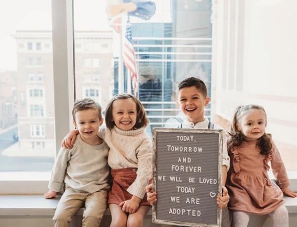 Cặp đôi hiếm muộn nhận nuôi 4 đứa trẻ là anh em ruột, đúng 4 năm sau thì sinh 4 em bé nữa - ảnh 2