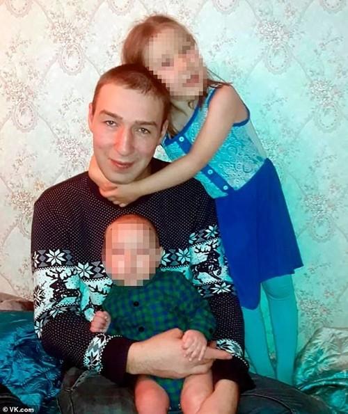 Bố mẹ bị ngộ độc, cô bé 5 tuổi một mình chăm em 1 tuổi ở nhà suốt 3 ngày mà không ai biết - ảnh 1