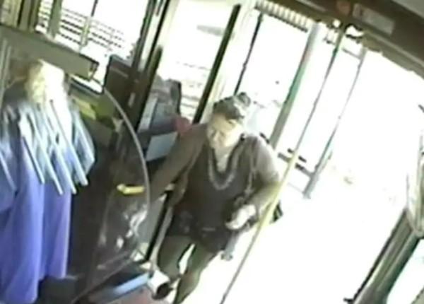 Đang đi xe buýt, học sinh nữ bị một hành khách ngồi sau châm lửa đốt tóc, làm bỏng da đầu - ảnh 1