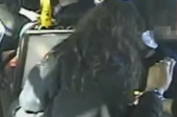 Đang đi xe buýt, học sinh nữ bị một hành khách ngồi sau châm lửa đốt tóc, làm bỏng da đầu - ảnh 3