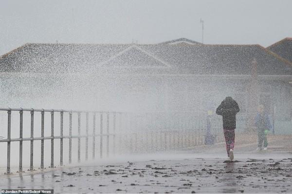Giữa trời mưa bão, cặp đôi chạy ra ngoài chụp selfie sống ảo khiến cư dân mạng ngán ngẩm - ảnh 2