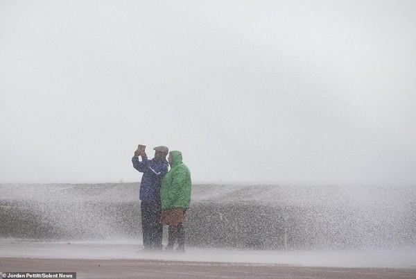 Giữa trời mưa bão, cặp đôi chạy ra ngoài chụp selfie sống ảo khiến cư dân mạng ngán ngẩm - ảnh 1