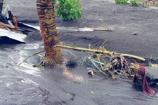 Xót xa trong siêu bão Goni: Em bé không đi sơ tán mà ở lại cùng bố, bị lũ cuốn đi tận 15km - ảnh 3