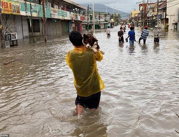 Xót xa trong siêu bão Goni: Em bé không đi sơ tán mà ở lại cùng bố, bị lũ cuốn đi tận 15km - ảnh 5