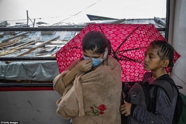 Xót xa trong siêu bão Goni: Em bé không đi sơ tán mà ở lại cùng bố, bị lũ cuốn đi tận 15km - ảnh 4