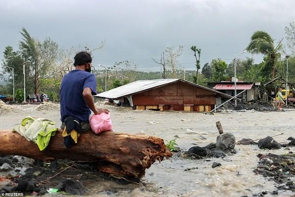 Xót xa trong siêu bão Goni: Em bé không đi sơ tán mà ở lại cùng bố, bị lũ cuốn đi tận 15km - ảnh 2