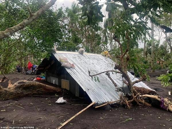 Xót xa trong siêu bão Goni: Em bé không đi sơ tán mà ở lại cùng bố, bị lũ cuốn đi tận 15km - ảnh 1