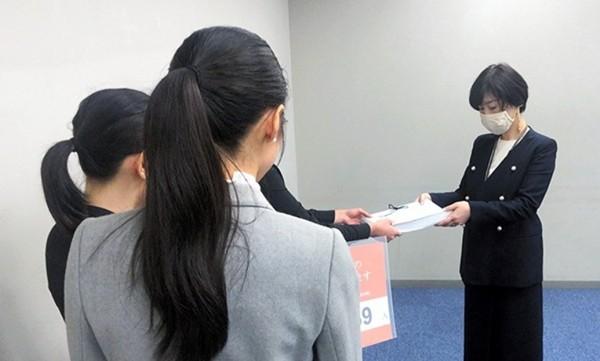 Tại sao hàng chục ngàn học sinh Nhật ký tên yêu cầu nâng tuổi trưởng thành từ 13 lên 16 tuổi? - ảnh 1