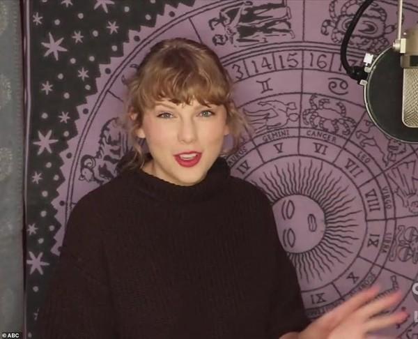 """Công bố giải cho Taylor Swift, nhưng người dẫn AMAs tranh thủ """"xỏ xiên"""" Tổng thống Trump - ảnh 3"""