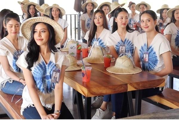 Chụp ảnh trên cầu treo mà cầu bất ngờ đứt, 30 thí sinh thi hoa hậu Thái Lan rơi xuống ao - ảnh 1