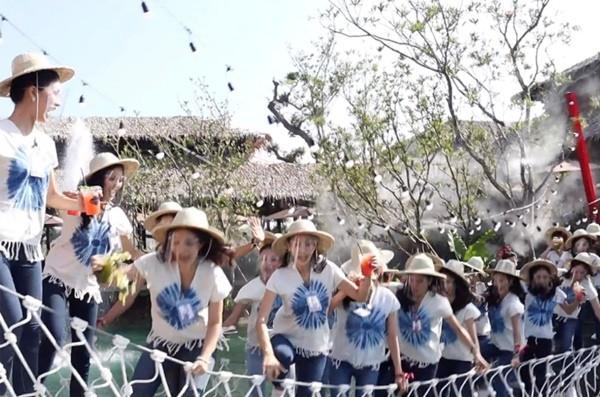 Chụp ảnh trên cầu treo mà cầu bất ngờ đứt, 30 thí sinh thi hoa hậu Thái Lan rơi xuống ao - ảnh 3