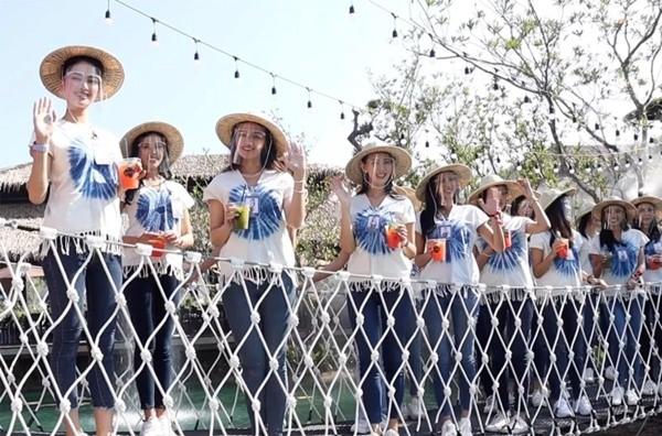 Chụp ảnh trên cầu treo mà cầu bất ngờ đứt, 30 thí sinh thi hoa hậu Thái Lan rơi xuống ao - ảnh 2
