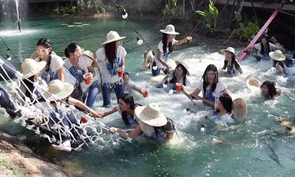Chụp ảnh trên cầu treo mà cầu bất ngờ đứt, 30 thí sinh thi hoa hậu Thái Lan rơi xuống ao - ảnh 4