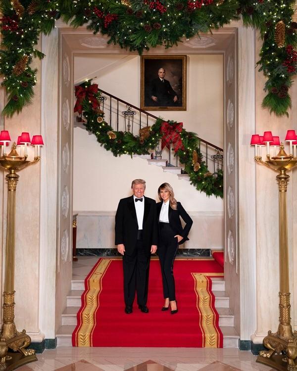 """Ảnh vợ chồng Tổng thống Trump mừng Noel bị cho là ảnh ghép: """"Lạ lùng đến phút cuối cùng""""? - ảnh 1"""