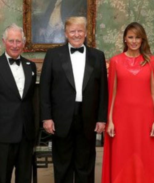 """Ảnh vợ chồng Tổng thống Trump mừng Noel bị cho là ảnh ghép: """"Lạ lùng đến phút cuối cùng""""? - ảnh 2"""