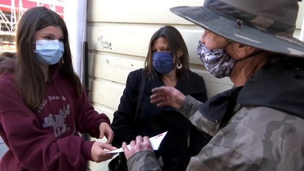 Người vô gia cư trả lại chiếc ví nhặt được, không ngờ đó là sự việc thay đổi cuộc đời ông - ảnh 3