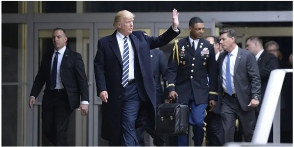 Tổng thống Trump sẽ mang vali hạt nhân rời Washington DC: Đó là gì và làm sao ông Joe Biden nhận được nó? - ảnh 1