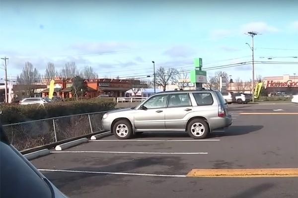 Tên trộm lấy cắp xe ô tô, phát hiện trên xe có một em nhỏ, liền lái xe quay lại… mắng người mẹ - ảnh 1