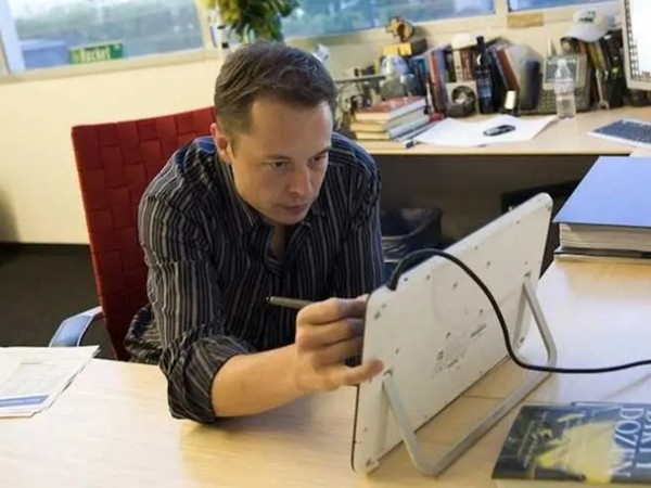 Lý do gì khiến người này nhắn tin cho tỷ phú Elon Musk mỗi ngày, giờ mới nhận được hồi âm? - ảnh 1