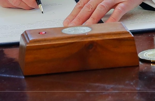 Tổng thống Biden gỡ bỏ cái nút đỏ bí ẩn trên bàn làm việc ở Nhà Trắng, đó là nút gì vậy? - ảnh 2