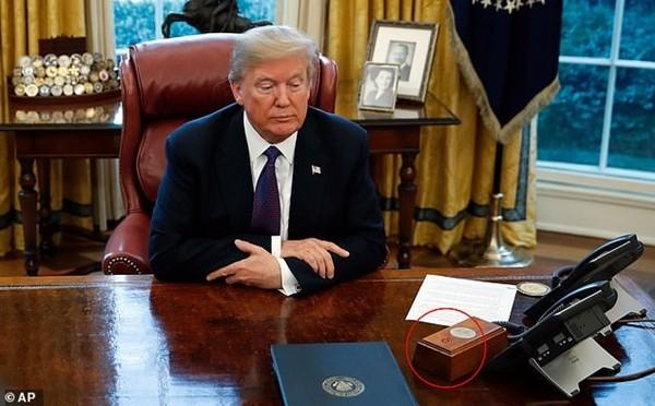 Tổng thống Biden gỡ bỏ cái nút đỏ bí ẩn trên bàn làm việc ở Nhà Trắng, đó là nút gì vậy? - ảnh 1