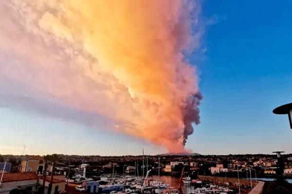 Vừa đầu năm, ngọn núi lửa hoạt động mạnh nhất châu Âu đã phun thẳng lên trời, khiến mọi người hoảng sợ - ảnh 1