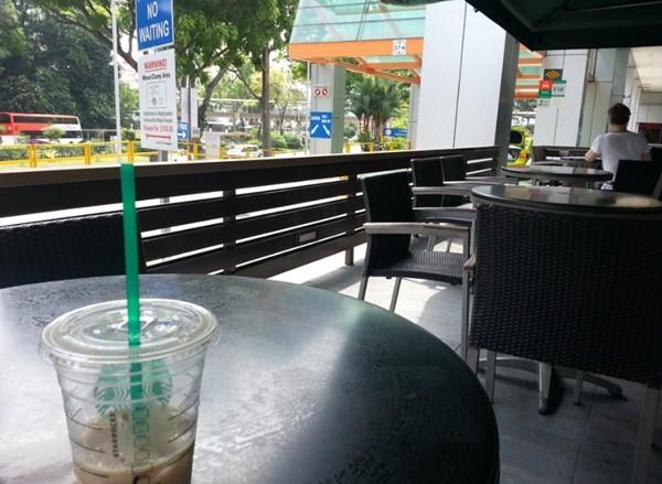 Thấy khách hàng ho đúng hai tiếng, nhân viên quán cà phê xịt ngay nước diệt khuẩn vào mặt khách - ảnh 1