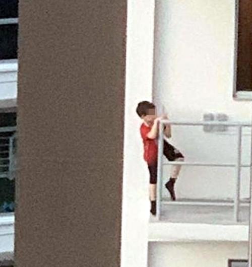 Bắt chước video trên YouTube, cậu bé 7 tuổi trèo ra rìa ngoài ban-công tầng 11 vì nghĩ mình bay được - ảnh 3