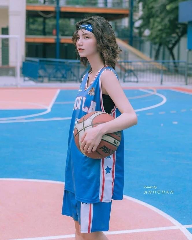 Nữ sinh gây sốt với bộ ảnh chơi bóng rổ sở hữu nét đẹp lai Tây - ảnh 1