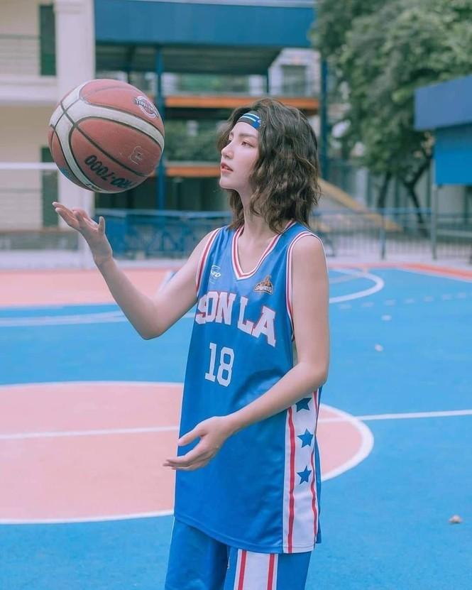 Nữ sinh gây sốt với bộ ảnh chơi bóng rổ sở hữu nét đẹp lai Tây - ảnh 2