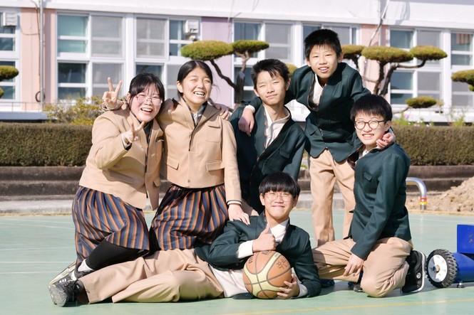 Cho học sinh mặc Hanbok tới trường, netizen Hàn chê mẫu đồng phục mới có phần quê mùa - ảnh 2