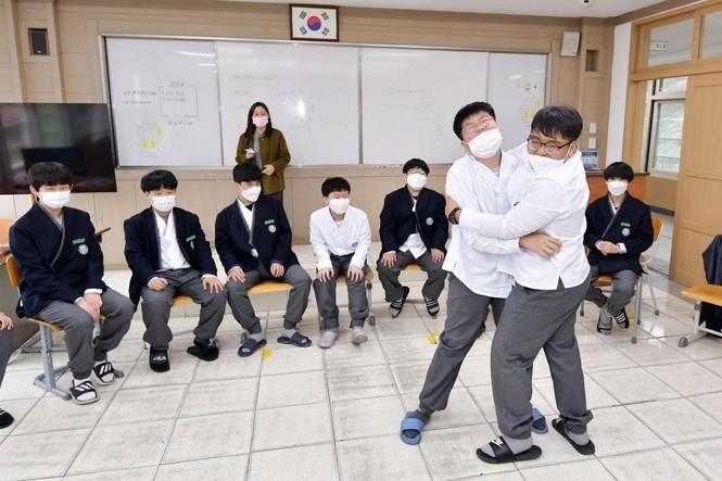 Cho học sinh mặc Hanbok tới trường, netizen Hàn chê mẫu đồng phục mới có phần quê mùa - ảnh 5