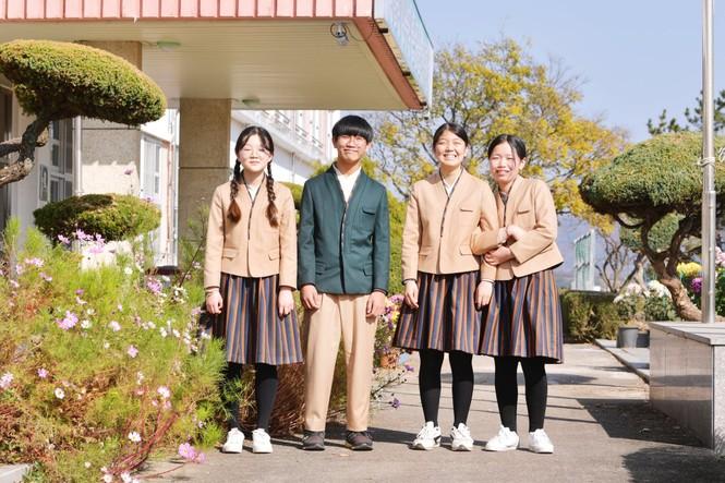 Cho học sinh mặc Hanbok tới trường, netizen Hàn chê mẫu đồng phục mới có phần quê mùa - ảnh 1