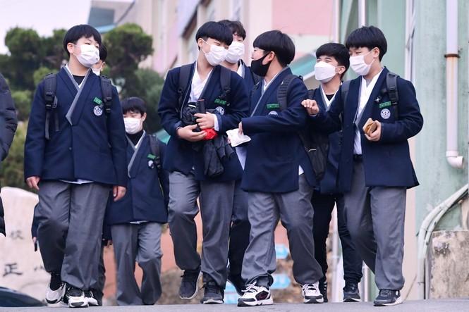 Cho học sinh mặc Hanbok tới trường, netizen Hàn chê mẫu đồng phục mới có phần quê mùa - ảnh 4