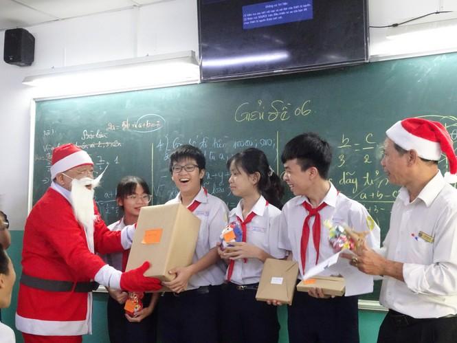 Thầy hiệu trưởng trường người ta: Hóa thân thành ông già Noel phát Iphone 12 cho học sinh - ảnh 1