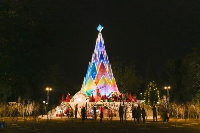 """Teen Hà Nội đã kịp check-in cùng """"cây măng Noel"""" đẹp như ngôi làng cổ Bắc Âu này chưa? - ảnh 1"""