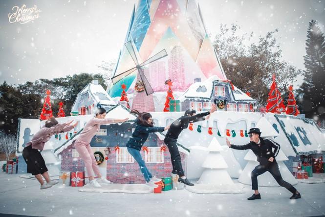 """Teen Hà Nội đã kịp check-in cùng """"cây măng Noel"""" đẹp như ngôi làng cổ Bắc Âu này chưa? - ảnh 6"""