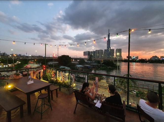 Ngắm hoàng hôn đẹp lãng mạn bên bờ sông Sài Gòn tại những tiệm cà phê chill hết nấc - ảnh 5