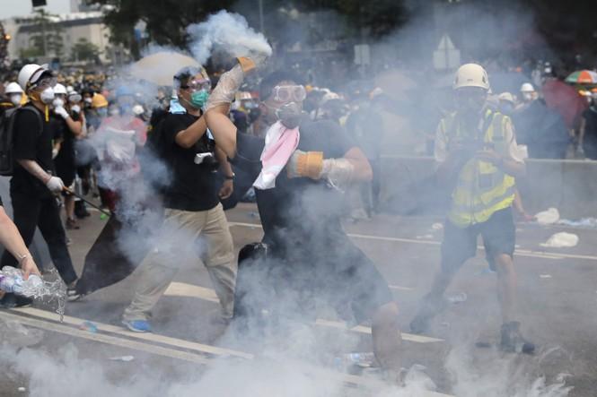Hàng trăm người bị thương trong các cuộc bạo động tại Hong Kong - ảnh 2