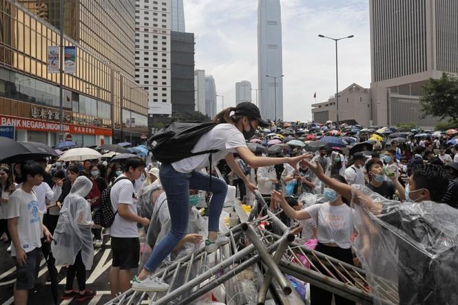 Hàng trăm người bị thương trong các cuộc bạo động tại Hong Kong - ảnh 1