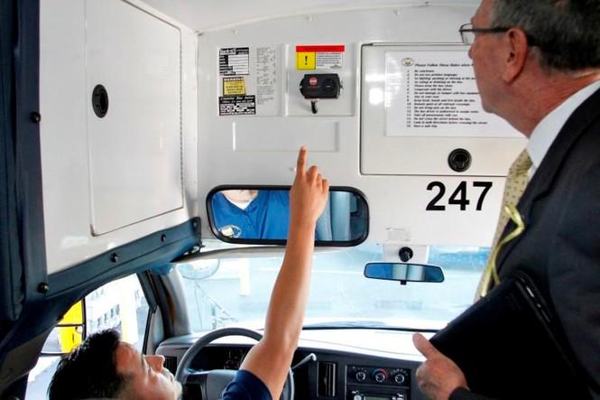 Xe đưa đón trên thế giới ngăn chặn việc bỏ quên học sinh ra sao - ảnh 1